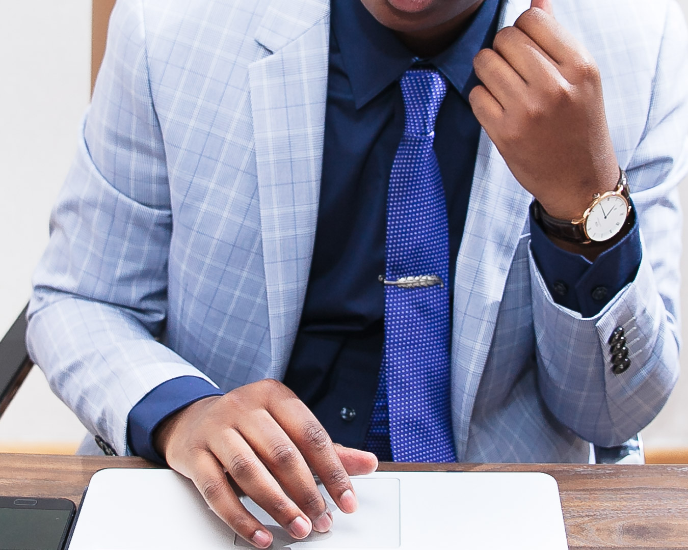 how to wear a light grey plaid pattern suit in the workplace